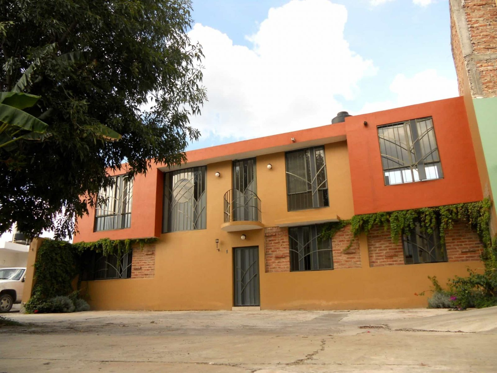 Casa amplia en pequeño condominio.
